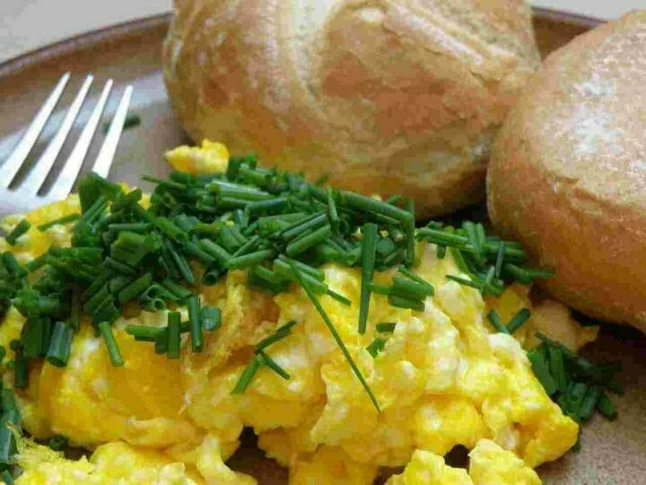 can-you-reheat-scrambled-eggs-featured-image